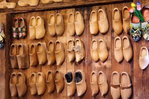קבקבי עץ עם עקב בינוני - האם הם בריאים לכף הרגל